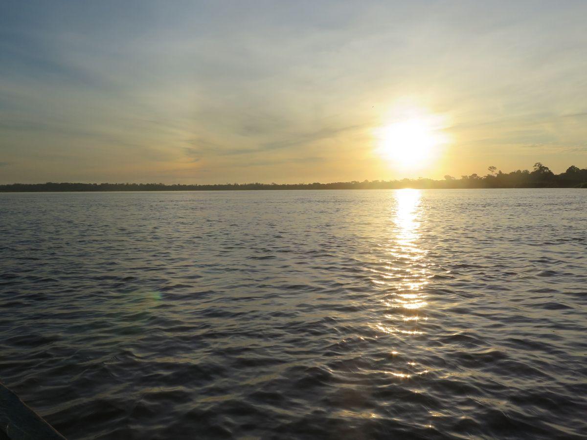 amanecer en el rio ucayali selva peru