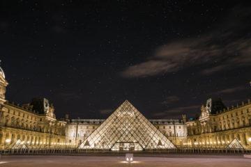 louvre de noche piramide iluminada