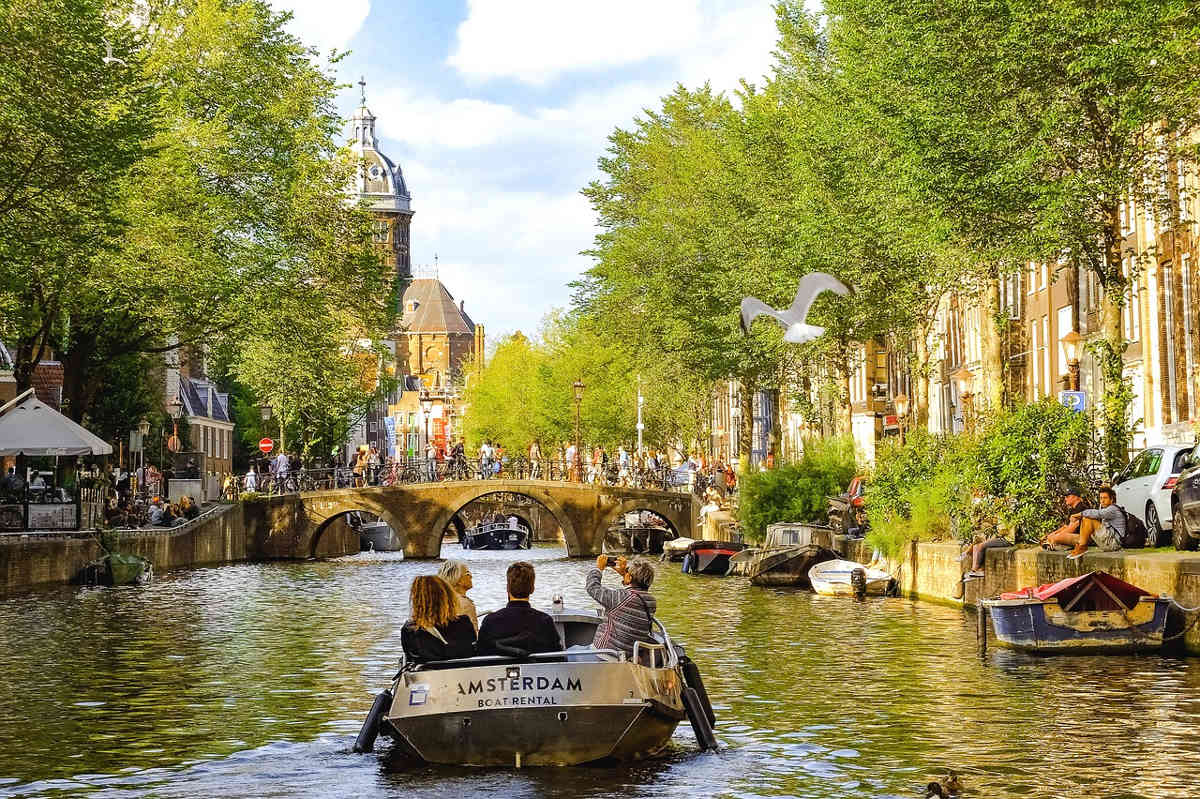 paseo en barco por los canales de amsterdam