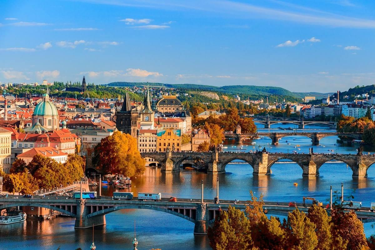 puentes de praga y rio moldava