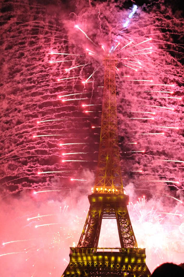 fuegos artificiales torre eiffel paris