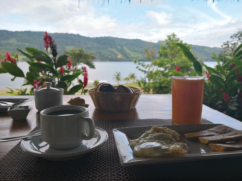desayuno en el sauce lodge laguna azul tarapoto peru