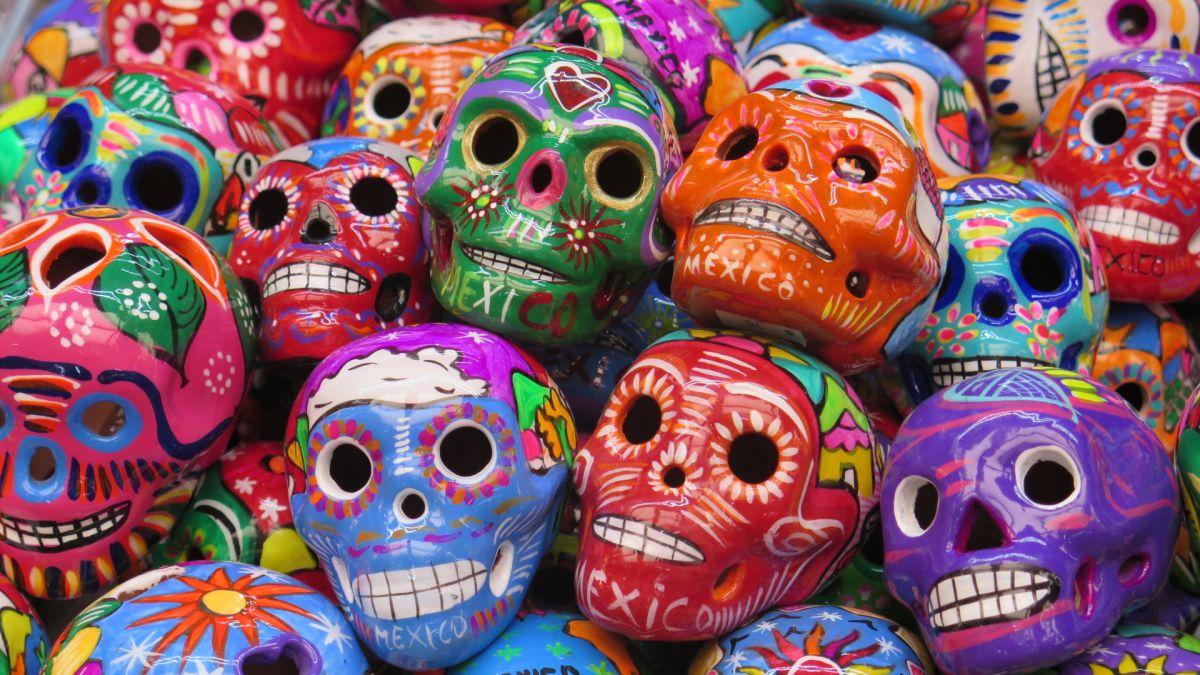 calaveras mexicanas en el mercado de artesanias de cdmx