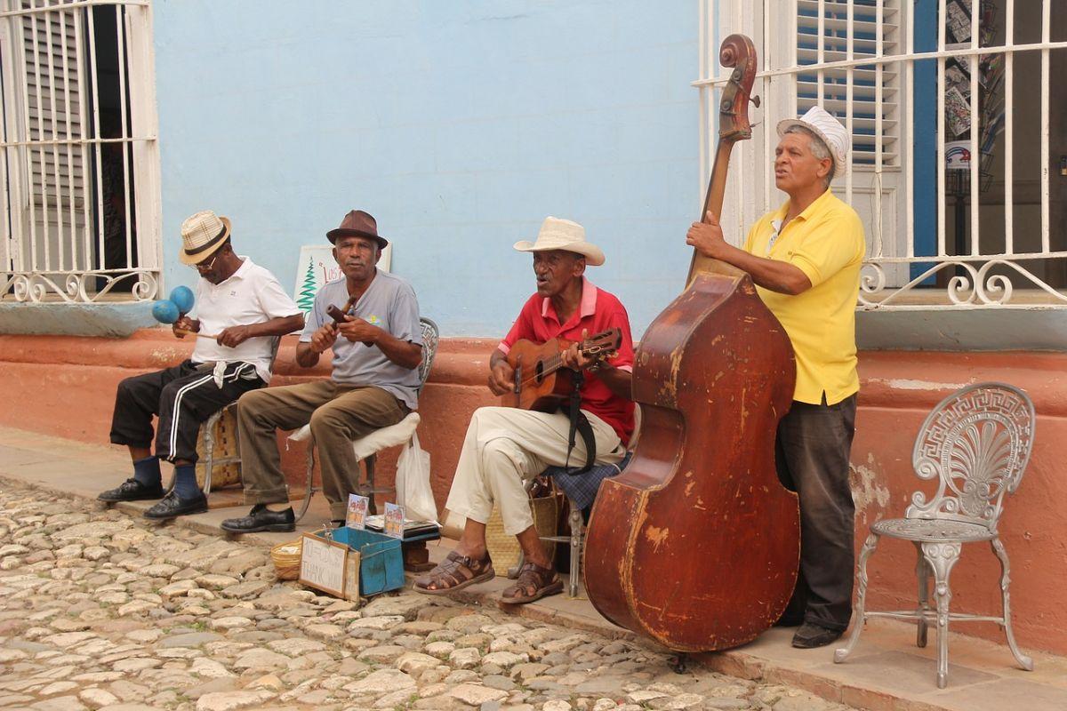 grupo de salsa en las calles de trinidad