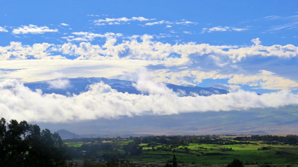 volcan mauna kea con nieve entre nubes
