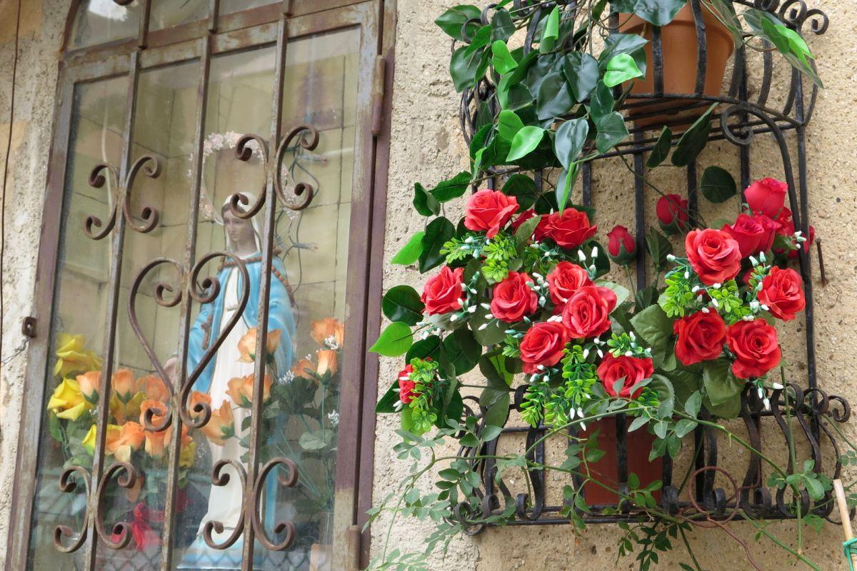 rosas y virgen en agrigento