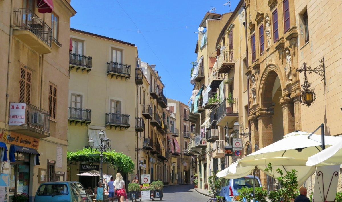 calles de cefalu sicilia